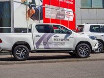 Bilar testdrive på bilmitten Toyota Arkivbild