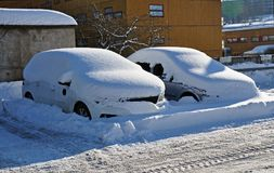 Bilar under ett lager av snö Royaltyfria Bilder