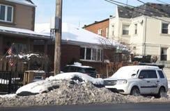 Bilar under insnöade Brooklyn efter massiv vinter stormar Arkivfoton