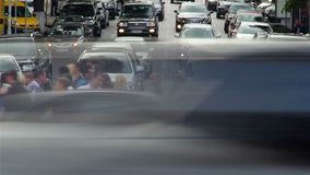 Bilar vänder den vänstra rätten, stoppet, folk går på tvärgatadag stock video