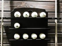 Bilardowe piłki na półce z wskazówkami od obich stron zdjęcia royalty free