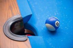 Bilardowe piłki przed dziurą Zdjęcia Royalty Free