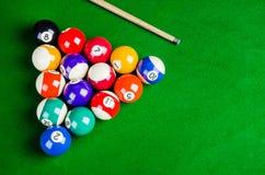 Bilardowe piłki na zielonym stole z bilardową wskazówką, snooker, Zdjęcia Stock