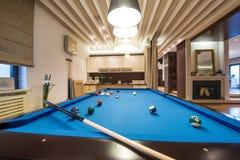 Bilardowy stół w luksusowym żywym pokoju Obraz Stock