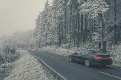 Bilarna går hårt till och med dimman Dimman över kullarna arkivfoto