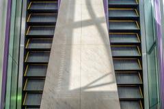 Bilateral eléctrico de la escalera móvil con hacia arriba y hacia abajo adentro el aeropuerto Imagenes de archivo