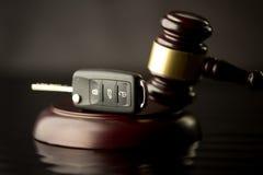 Bilauktionbegrepp - auktionsklubba- och biltangent på träskrivbordet Trä gav sig royaltyfri foto