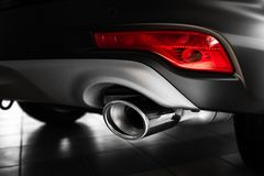 Bilavgasrörrör Avgasrörrör av en lyxig bil Detaljer av den stilfulla bilinre, piskar inre close upp royaltyfri foto