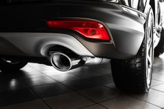 Bilavgasrörrör Avgasrörrör av en lyxig bil Detaljer av den stilfulla bilinre, piskar inre close upp arkivfoton