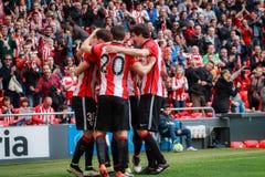 BILBAO, ESPAÑA - ARPIL 3: Aritz Aduriz y Mikel San Jose celebran la meta en el partido entre el Athletic de Bilbao y Granada, cel Foto de archivo libre de regalías
