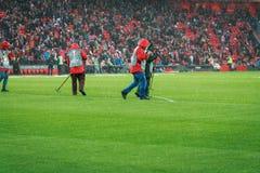 BILBAO, ESPAÑA - ARPIL 7: El personal de mantenimiento maneja el campo de fútbol de la lluvia antes del partido entre el Athletic Fotos de archivo