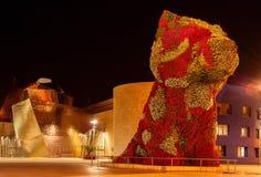 Bilbao, España - 31 de julio de 2018: Perrito, escultura diseñada por Jeff fotos de archivo