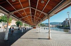 Bilbao, España - 11 de julio de 2017: Terraplén de Rio de Bilbao, Bisc Imagen de archivo