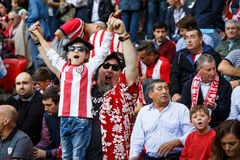 BILBAO, ESPAÑA - 18 DE SEPTIEMBRE: Fans no identificadas de atlético durante un partido de liga español entre el Athletic de Bilb Imagen de archivo