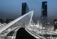 Nightview del puente y de Isozaki de Zubizuri se eleva en Bilbao, España Imagen de archivo