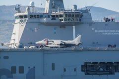 BILBAO, ESPAÑA - MARZO/23/2019 Portaaviones de la marina de guerra española Juan Carlos I en el puerto de Bilbao, día abierto a v foto de archivo libre de regalías