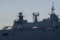 BILBAO, ESPAÑA - MARZO/23/2019 Portaaviones de la marina de guerra española Juan Carlos I en el puerto de Bilbao, día abierto a v imagen de archivo