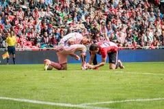 BILBAO, ESPAGNE - ARPIL 3 : Aritz Aduriz attache les bottes au gardien de but Andres Fernandez des CF de Grenade dans la correspo Photo stock
