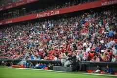 BILBAO, ESPANHA - 28 DE AGOSTO: O público coberto com os guarda-chuvas para evitar a chuva durante a harmonia entre Athletic Bilb Foto de Stock Royalty Free