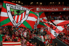 BILBAO, ESPANHA - 28 DE AGOSTO: Os fãs do clube atlético Bilbao movem bandeiras durante um fósforo de liga espanhol entre Athleti Imagens de Stock Royalty Free