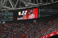 BILBAO, ESPANHA - 18 DE SETEMBRO: O placar video indica que o cartão amarelo penalizou a Raul Garcia na harmonia entre Athlet Fotografia de Stock