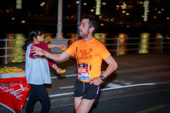 BILBAO HISZPANIA, PAŹDZIERNIK, - 22: Niezidentyfikowany biegacz z kalectwem w maraton nocy Bilbao, świętującej w Bilbao na Paździ Obraz Royalty Free