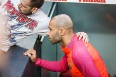 BILBAO HISZPANIA, SIERPIEŃ, - 28: Javier Mascherano bierze fotografię z fan w dopasowaniu między Sportowym Bilbao Barcelona i FC, fotografia stock