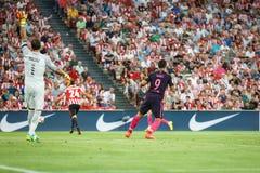 BILBAO HISZPANIA, SIERPIEŃ, - 28: Luis Suarez i Gorka Iraizoz w akci podczas Hiszpańskiego Ligowego dopasowania między Sportowym  Zdjęcie Royalty Free