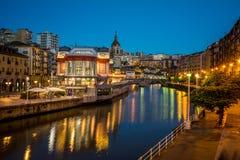 Bilbao-Markt an der blauen Stunde Lizenzfreie Stockfotos