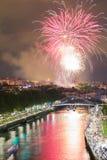 Bilbao na noite Fogos-de-artifício das festividades anuais da cidade foto de stock