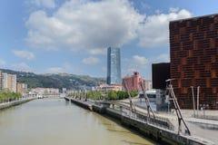 Bilbao pejzaż miejski: Iberdrola wierza w Bilbao mieście, Hiszpania obraz stock