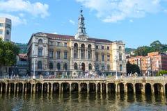 Bilbao-Rathaus sieht, nah an nervion Fluss, Spanien an stockfoto