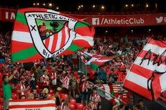 BILBAO, SPAGNA - 28 AGOSTO: Fan delle bandiere atletiche di movimento di Bilbao del club durante la partita di lega spagnola fra  Fotografie Stock Libere da Diritti