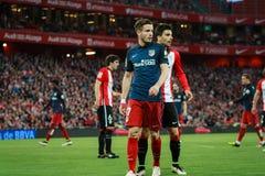 BILBAO SPANIEN - APRIL 20: Saul Niguez och Eneko Boveda i matchen mellan idrotts- Bilbao och Athletico de Madrid som firas på Royaltyfri Bild