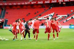 BILBAO SPANIEN - APRIL 20: UtbildningsfotbollsspelareAthletico de Madrid spelare för matchen mellan idrotts- Bilbao och Athletico Arkivfoton