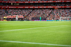 BILBAO, SPANIEN - 28. AUGUST: Die zwei Teams streichelten während der Minute Ruhe im Match zwischen Athletic Bilbao und FC Barcel Stockfotografie