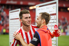 BILBAO SPANIEN - AUGUSTI 28: Den Aymeric Laporte, Bilbao spelaren och Ivan Rakitic, FC Barcelonaspelare, talar efter matchen betw Royaltyfri Fotografi