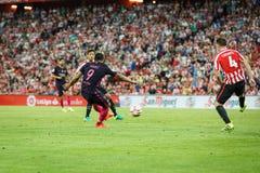BILBAO SPANIEN - AUGUSTI 28: Luis Suarez, FC Barcelonaspelare och Aymeric Laporte, Bilbao spelare, under matchen mellan idrotts- Arkivfoto