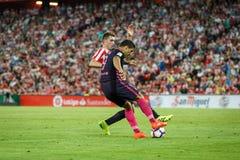 BILBAO SPANIEN - AUGUSTI 28: Luis Suarez, FC Barcelonaspelare och Aymeric Laporte, Bilbao spelare, under matchen mellan idrotts- Royaltyfri Bild
