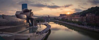 Bilbao, Spanien - Juli 08, 2018 - solnedgångsikt av det modern och samtida konstGuggenheim museet som planläggs av den amerikansk arkivbilder