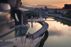 Bilbao, Spanien - Juli 08, 2018 - solnedgångsikt av det modern och samtida konstGuggenheim museet som planläggs av den amerikansk royaltyfri fotografi