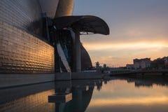 Bilbao, Spanien - Juli 08, 2018 - solnedgångsikt av det modern och samtida konstGuggenheim museet som planläggs av den amerikansk royaltyfria bilder
