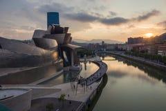 Bilbao, Spanien - Juli 08, 2018 - solnedgångsikt av det modern och samtida konstGuggenheim museet som planläggs av den amerikansk royaltyfria foton