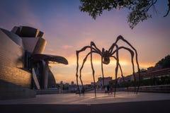 Bilbao, Spanien - Juli 08, 2018 - solnedgångsikt av det modern och samtida konstGuggenheim museet som planläggs av den amerikansk royaltyfri bild