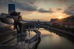 Bilbao, Spanien - Juli 08, 2018 - solnedgångsikt av det modern och samtida konstGuggenheim museet som planläggs av den amerikansk fotografering för bildbyråer
