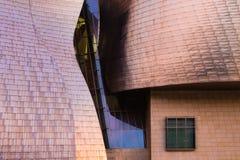 Bilbao, Spanien - Juli 08, 2018 - solnedgångsikt av det modern och samtida konstGuggenheim museet som planläggs av den amerikansk arkivfoton