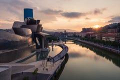 Bilbao, Spanien - Juli 08, 2018 - solnedgångsikt av det modern och samtida konstGuggenheim museet som planläggs av den amerikansk arkivfoto