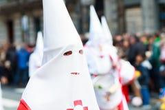 BILBAO SPANIEN - MARS 20: Medlem av ett brödraskap i processionen av åsnan i påsk som firas på mars 20, 2016, i Bilbao, Royaltyfri Foto