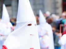BILBAO SPANIEN - MARS 20: Medlem av ett brödraskap i processionen av åsnan i påsk som firas på mars 20, 2016, i Bilbao, Arkivbilder