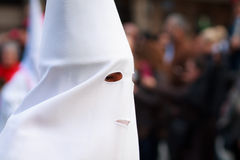 BILBAO SPANIEN - MARS 20: Medlemmar av ett brödraskap i processionen av åsnan i påsk som firas på mars 20, 2016, i Bilbao, Royaltyfria Foton